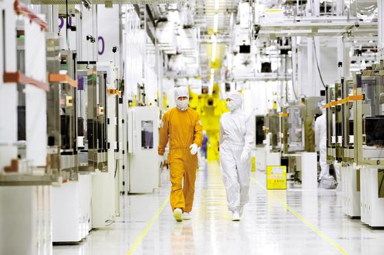 장기화된 코로나19는 기업 경영에 '상수'가 됐다. R&D로 기술 체력을 길러 이에 대응하는 기업들이 는다. 삼성전자는 첨단 EUV 공정 적용을 확대해 최첨단 제품 수요에 대응하고 있다. 사진은 삼성전자 화성사업장의 엔지니어들. [사진 삼성전자]