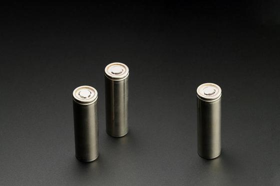 LG화학이 미국의 럭셔리 전기차 스타트업 '루시드 모터스'에 차세대 원통형 배터리를 공급한다고 지난 2월 25일 밝혔다.   사진은 LG화학 차세대 원통형 배터리 [LG화학 제공]