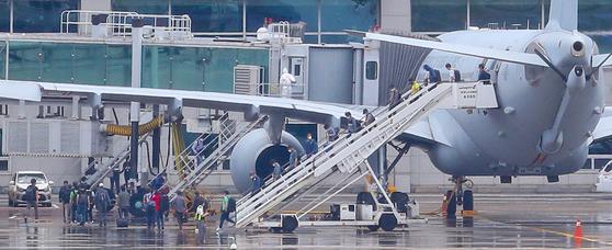 24일 오전 공군 공중급유기 KC-330를 타고 인천공항에 도착한 이라크 파견 근로자들이 급유기에서 내리고 있다. 연합뉴스