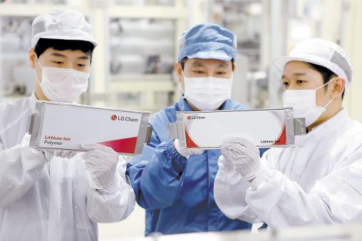 LG화학은 글로벌 자동차 브랜드 가치 상위 13개에 리튬이온 배터리를 공급하며 세계 전기차 배터리 시장을 주도하고 있다. 사진은 LG화학 오창 전기차 배터리 생산라인 모습. [사진 LG화학]