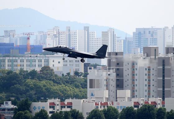 지난 7월 2일 대구 공군기지 주변에서 F-15K 전투기가 비행하고 있다. 대구공항은 K-2 공군기지와 활주로를 같이 쓰는 민간·군사 공항이다. [뉴스1]