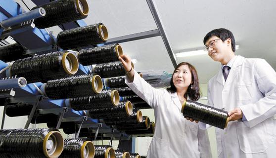 효성기술원은 '기술 경쟁력이 혁신 DNA'라는 경영진의 의지가 집약된 결과물로, 글로벌 넘버원 제품을 만든 바탕이 됐다. 경기도 안양의 효성기술원은 섬유화학과 전자소재의 R&D를 주도한다. 탄소섬유 품질 검수 장면. [사진 효성그룹]