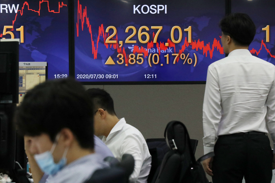 30일 오후 서울 중구 명동 하나은행 딜링룸 전광판에 코스피 지수가 전일 대비 3.85포인트(0.17%) 상승한 2267.01을 나타내고 있다. 이날 코스피는 장중 2280선을 넘어서기도 하며 지난 1월 달성했던 연고점을 돌파했다. 뉴스1