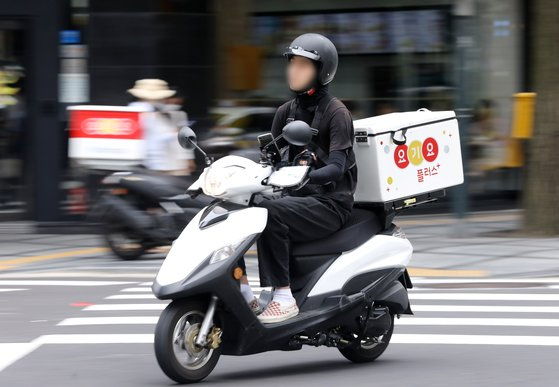서울 중구 무교로에서 배달 오토바이 운전자가 운행 중이다. 뉴스1