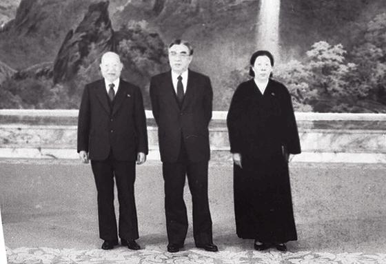 최덕신 전 외무부 장관(왼쪽 첫째)이 부인 류미영(셋째)과 생전 김일성 주석(가운데)을 만난 모습. [중앙포토]