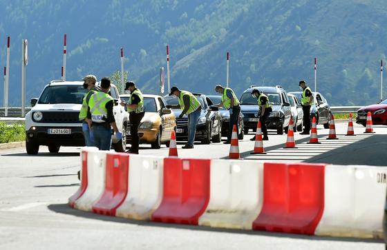 지난달 1일 안도라가 국경 문을 다시 연 가운데 프랑스와의 국경에서 마스크를 쓴 현지 경찰들이 입국 서류와 운전면허증 등을 검사하고 있다. [AFP=연합뉴스]