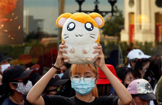 지난달 26일(현지시간) 태국 방콕에서 한 집회 참가자가 '햄토리' 인형을 들고 있다. 로이터통신=연합뉴스