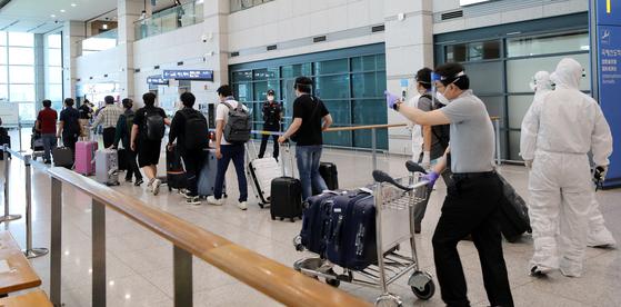 이라크 건설 현장 파견 근로자들이 지난달 31일 오전 인천국제공항을 통해 입국하고 있다. 이날 신종 코로나바이러스 감염증(코로나19)이 급확산 중인 이라크 건설 현장에서 근무하던 우리 근로자 72명은 전세기편으로 귀국했다. 뉴스1