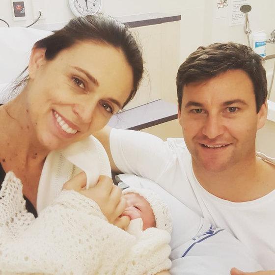 저신다 아던 총리(왼쪽)가 2018년 6월 출산한 딸, 약혼자 클라크 게이포드와 포즈를 취했다. [로이터=연합뉴스]
