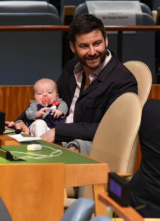아던 총리의 약혼자 게이포드가 지난해 유엔 총회에서 아던 총리가 연설을 하는 가운데 딸을 돌보고 있다. [AFP=연합뉴스]