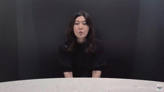PPL 영상에 유료 광고 영상임을 제대로 표시하지 않아 논란이 된 패션 스타일리스트 한혜연이 사과 방송을 하고 있다. / 사진:유튜브 캡처