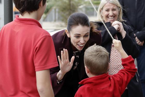아던 총리가 지난6월 한 어린이에게 인사를 건네고 있다. [AP=연합뉴스]