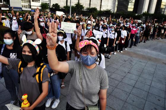 지난달 30일 태국 방콕에서 열린 집회에서 참가자들이 햄스터 귀 모양 머리띠를 쓰고 있다. AFP=연합뉴스