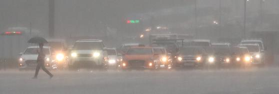 지난 29일 오전 서울 여의도에서 시민들이 출근길을 재촉하고 있다. 뉴시스