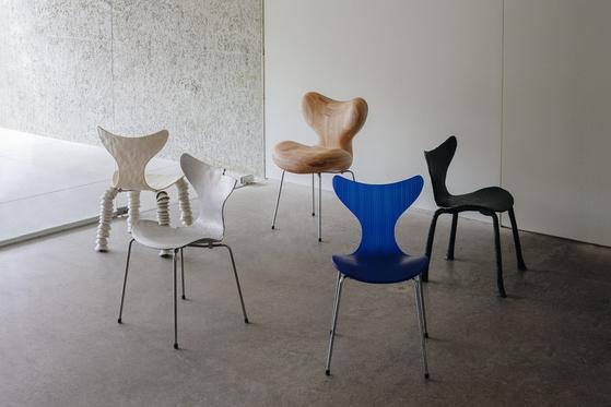 덴마크 가구 브랜드 프리츠 한센이 '릴리 체어(Lily Chair)' 탄생 50주년을 기념해 한국 작가 5명과 함께하는 '무브먼트 인 사일런스 : 불완전한 아름다움' 전시를 열었다. 사진 프리츠 한센