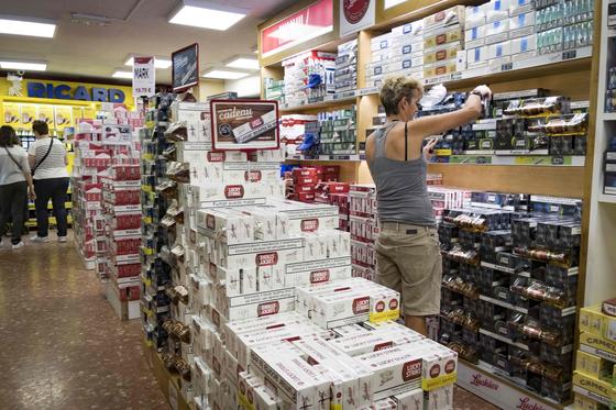 """안도라의 한 슈퍼마켓 내부에 담배가 쌓여 있는 모습. 상점에선 """"프랑스의 절반도 안 되는 가격에 담배를 살 수 있다""""고 선전한다. [AFP=연합뉴스]"""