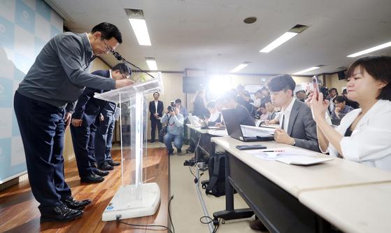 박남춘 인천시장이 지난해 6월 17일 오전 인천시 남동구 인천시청에서 열린 '붉은 수돗물 피해 관련 조치·경과보고 기자회견'에서 피해 주민들에게 사과 인사를 하고 있다. 연합뉴스.