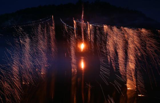 선유줄불놀이의 하이라이트 장면. 가운데 불빛이 부용대에서 낙동강에 떨어뜨린 불덩어리고 양옆에서 흩날리는 불빛이 줄불이다. 7월 31일 밤 세계유산축전 개막식 행사 때 안동 하회마을에서 펼쳐진 장면이다.