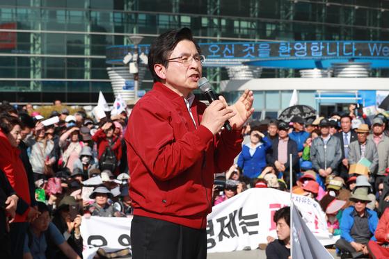 황교안 전 미래통합당 대표가 지난해 5월 동대구역에서 연설하던 모습. [뉴스1]