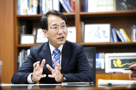 이원욱 더불어민주당 의원이 지난달 28일 국회 의원회관 사무실에서 중앙일보와 인터뷰를 하고 있다. 임현동 기자