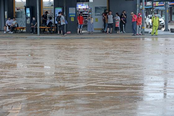 2일 오전 경기도 안성시 일죽시외버스터미널 일대가 폭우로 인한 토사로 덮여 있다. 뉴스1
