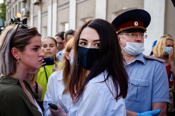 31일(현지시간) 러시아 모스코바에 있는 모스코바 시 법원에 세자매 중 막내인 마리아가 도착하고 있다. AFP=연합뉴스