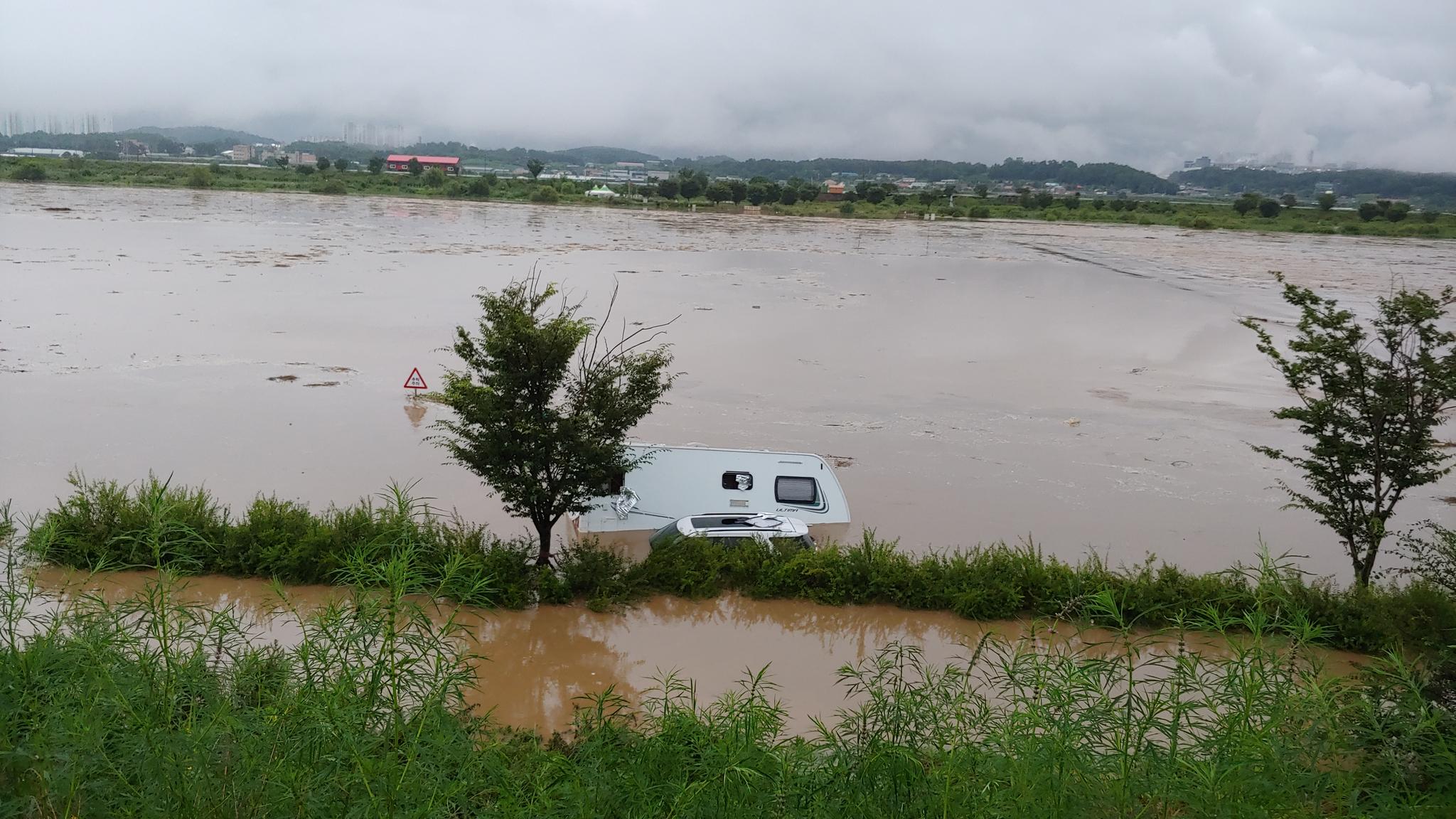 2일 내린 폭우로 충북지역에서는 폭우 피해가 잇따르고 있다. 사진은 충북 청주시 한 하천에서 캠핑카가 침수돼 있다. 사진 충북소방본부