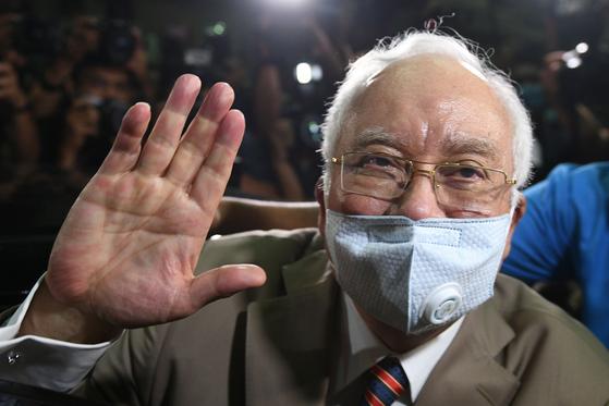 말레이시아 전 총리 나집 라작이 28일 쿠알라룸푸르 법원을 떠나고 있다. [AFP =연합뉴스]