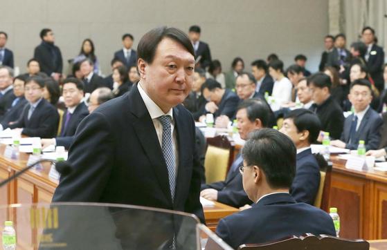 윤석열 검찰총장이 2월 10일 서울 서초동 대검찰청에서 열린 전국 지검장회의에서 연단에 오르고 있다. 오종택 기자