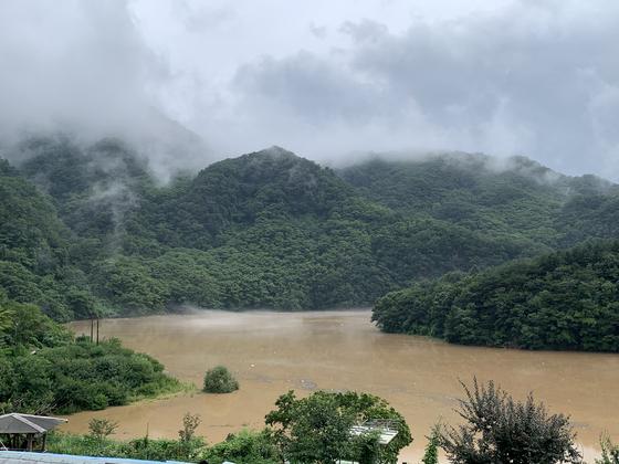 2일 오후 충북 음성군의 하천이 불어 흙탕물이 가득 찬 모습. 2일 오후 6시 현재 중부 대부분 지역에 호우경보가 내려져있다. 사진 충북지방경찰청