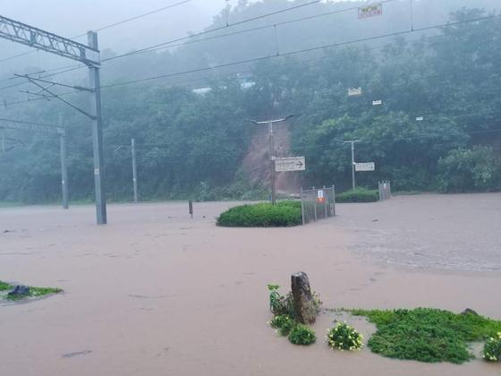 2일 오전 집중호우로 충북선 삼탄역 철도가 물에 잠겨 있다. 코레일 충북본부 제공=연합뉴스