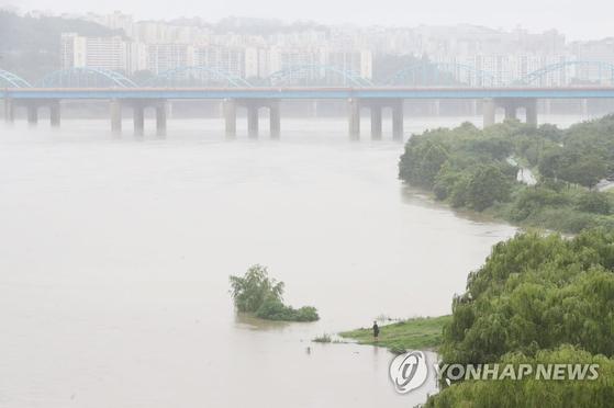 서울 전역에 호우경보가 내린 2일 오후 반포대교에서 내려다 본 한강이 흙탕물로 변해 흐르고 있다. 연합뉴스
