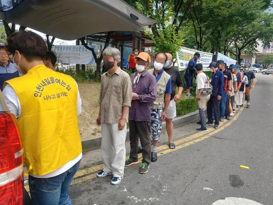지난달 20일 사단법인 인천내일을여는집은 인천시 부평구 부평역 부근에서 노숙인에게 찐빵을 나눠주는 행사를 진행했다. [이준모 목사 제공]
