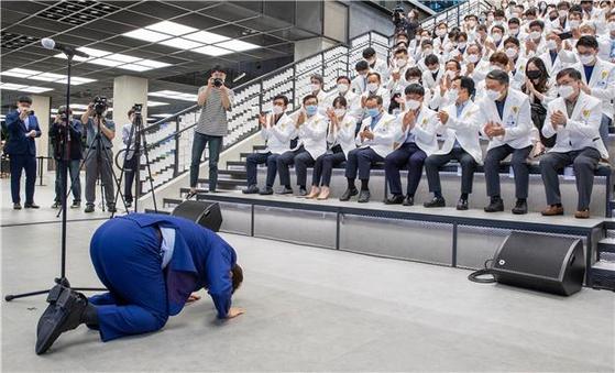 권영진 대구시장이 지난달 25일 오후 서울 상암동 JTBC 사옥에서 열린 '히어로즈 나잇(Heroes night)' 행사에 참석해 의료진에게 절을 하고 있다. 대구시