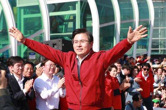 황교안 전 미래통함당(자유한국당) 대표가 지난해 6월 대구 동대구역 광장에서 열린 문재인 정부 규탄 기자회견에 참석해 손을 들어 인사하고 있다. [뉴스1]