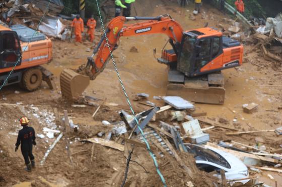 3일 오후 산사태가 발생한 경기 가평 산유리의 매몰 현장에서 구조작업이 진행되고 있다.. [사진 경기도소방재난본부]