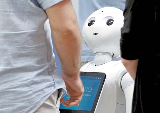 전시회에 나갈 로봇을 점검하는 모습. 인공지능은 사실 백치다. 4차 산업혁명 시대에는 데이터를 바탕으로 교재를 만들어 AI를 가르치는 일자리가 수두룩하게 생겨날 것이다. [신화=연합뉴스]