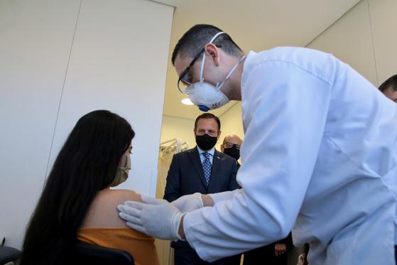 브라질 상파울루에서 진행중인 중국 회사 시노백의 임상 시험 모습 [로이터=연합뉴스]