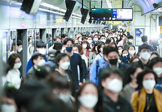 서울 광화문역에서 시민들이 마스크를 착용한 채 역을 나서고 있다.   연합뉴스