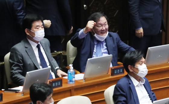 주먹 쥔 김태년 입법질주…당론1호 일하는 국회도 뭉갰다