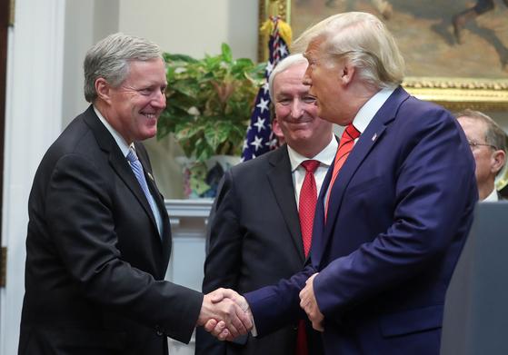 지난해 10월 백악관 행사에서 만난 트럼프 대통령(오른쪽)과 메도스 의원(왼쪽). [중앙포토]