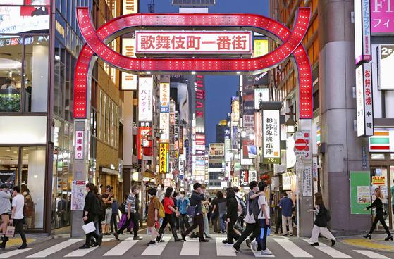 지난 6월 일본 도쿄도(東京都)의 대표적인 유흥가인 가부키초(歌舞伎町)가 행인들로 붐비고 있다. 유흥업소를 중심으로 신종 코로나바이러스 감염증(코로나19)이 확산하는 가운데 일본 보건 당국은 종업원에 대해 정기 유전자 증폭(PCR) 검사를 추진할 계획이다. 연합뉴스