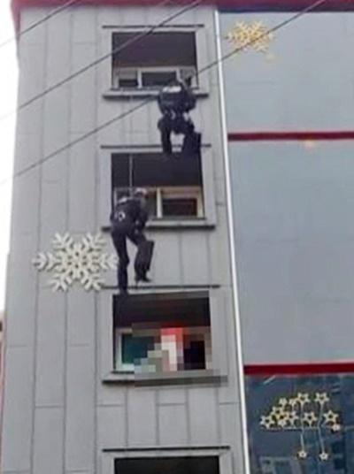 3일 부산 한 모텔에서 투신 소동을 벌인 30대를 구조하는 경찰특공대. 사진 부산경찰청