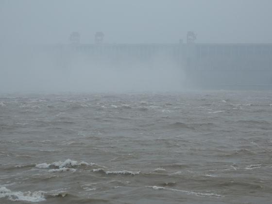 중국 후베이성에 있는 세계 최대 수력발전용 댐인 싼샤댐. 창장(長江) 하류로 물을 방류하고 있다. [연합뉴스]