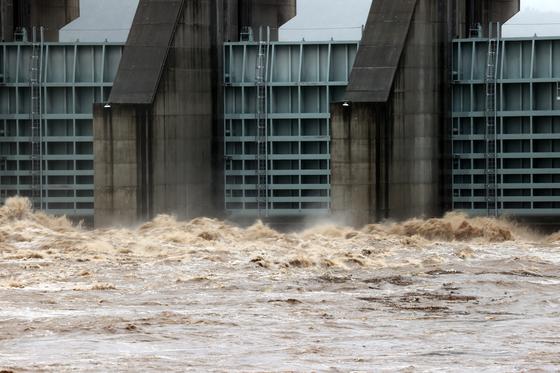 3일 오전 경기도 연천군 군남댐에서 임진강 상류 물이 흘러나오고 있다. 연합뉴스