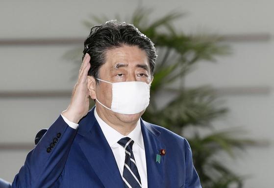 아베 신조 일본 총리가 지난 5월 25일 이른바 '아베 마스크'를 착용하고 일본 총리관저에 들어가고 있다. [연합뉴스]