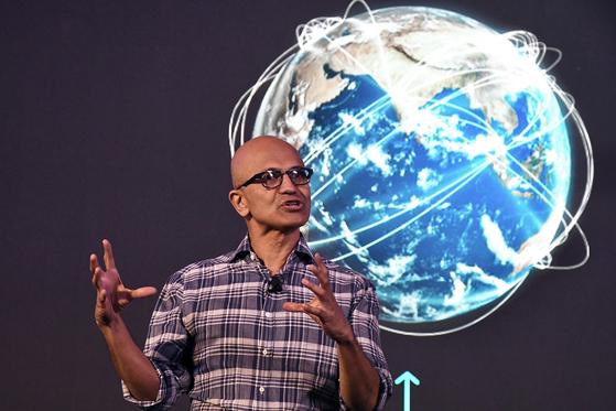 지난 2월 '퓨처 디코디드 테크 서밋(the Future Decoded Tech Summit)'에서 연설하는 사티아 나델라 마이크로소프트(MS) 최고경영자(CEO). [AFP=연합뉴스]
