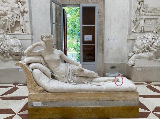 안토니오 카노바 박물관에 있는 '비너스로 분장한 파올리나 보르게세' 석고상. 빨간 원안이 파손된 부분. ANSA=연합뉴스