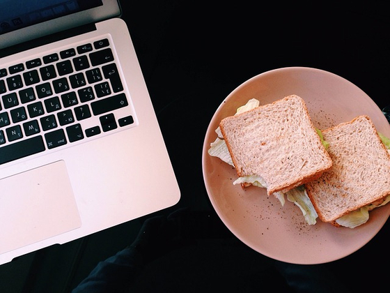 바쁜 직장인들은 정해진 식사 시간 없이 책상에서 일하면서 간편하게 점심을 먹기도 한다(desktop dining). [사진 pixabay]