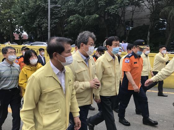 변성완 부산시장 권한대행(왼쪽에서 두번째)이 진영 행정안전부장관과 함께 지난달 24일 부산 초량동 지하차도를 방문했다. [뉴스1]
